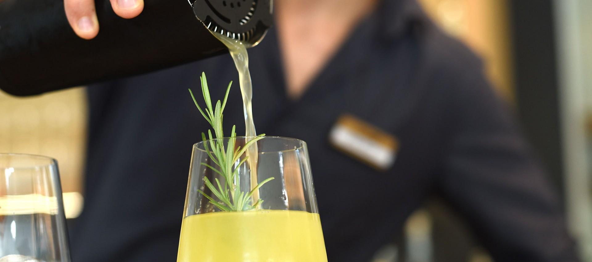 Gin Zubereitung vom Profi- Barman beim Gin Tasting im Hotel Pfeiss Lana