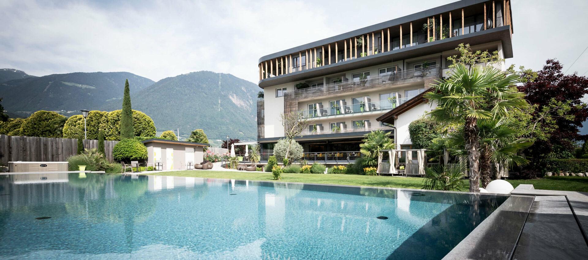 Wellnesshotel mit Pool bei Meran, mitten in Apfelwiesen im Meraner Land, Südtirol